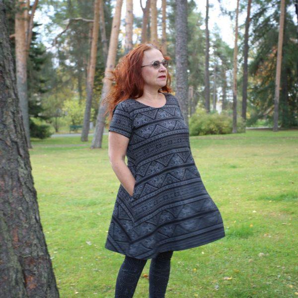 Taskutunika/mekko Sajina musta.jpg